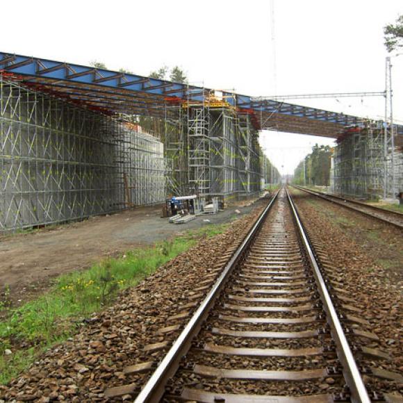 most přes trať – dálnice D11